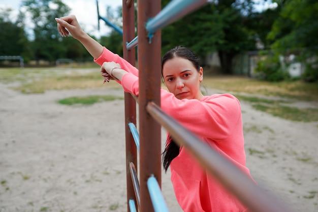 エクササイズ、コピースペースを行うフィット感とスポーティな若い女性の肖像画。健康的な生活様式