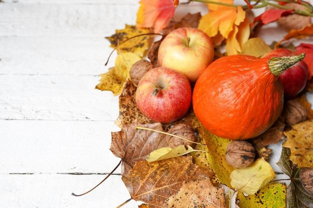 白い木、カボチャ、リンゴ、葉のコピースペースと秋の組成