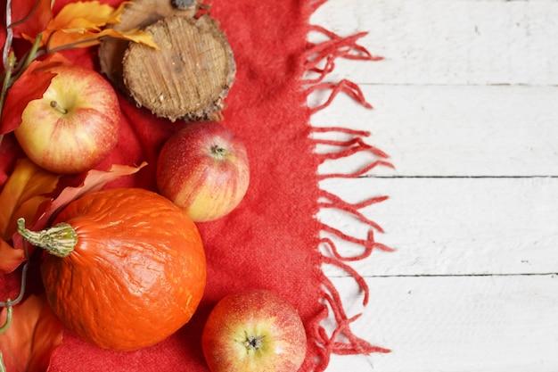 カボチャ、リンゴ、葉と秋の背景
