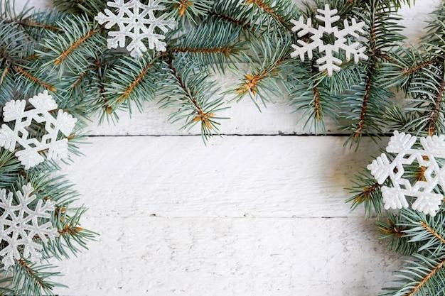 クリスマス雪モミの木と木製の背景。コピースペースで表示