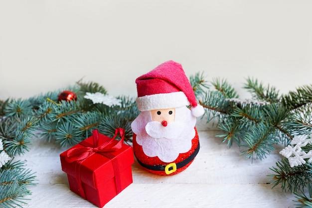 クリスマス装飾の赤いギフトとサンタクロース、新年あけましておめでとうございます