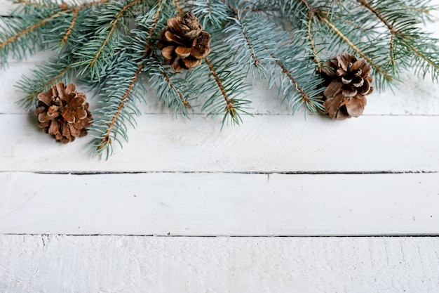 モミの枝、コピースペースとクリスマス木製の背景