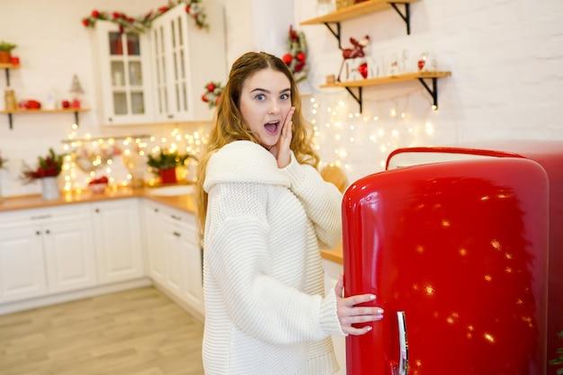 Удивленная женщина в рождественской кухне