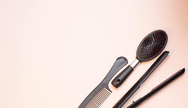 コピースペースとベージュ色の背景に美容院ツール
