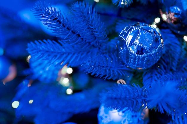 装飾品で古典的な青いクリスマスツリー