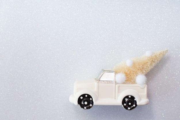 白のモミの木でクリスマスのおもちゃの車