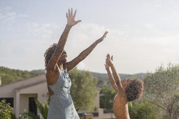 家族で遊んで、夏に屋外で楽しんで。