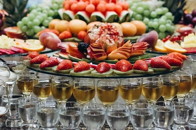 冷たいエキゾチックなアルコール飲料のお祝いテーブル