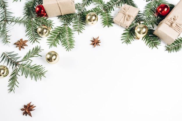クリスマスの手作りギフトボックスが飾られて