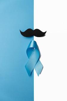 青色の背景に口ひげと水色のリボン