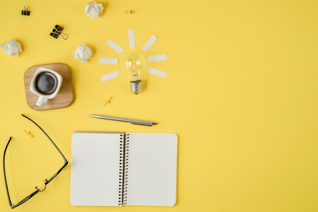 Финансовое планирование мозгового штурма грязное изображение столешницы с пустой буфер обмена, канцелярские принадлежности, ручка, блокнот