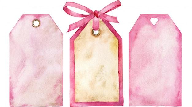 ピンクの価格タグのセット。リボンの弓とハート型の穴が付いたピンクのタグ。