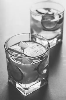 レモンと氷のさわやかなカクテルをクローズアップ、