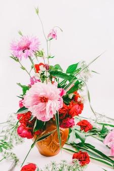 花柄のデザイン。ピンクの牡丹、ヤグルマギク、赤いバラの美しい花束