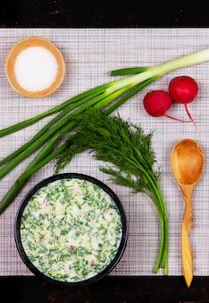 テーブルの上の野菜、野菜、クワス、ケフィアからロシアの夏冷たいスープオクローシカ