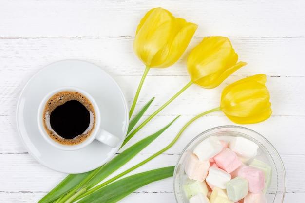 受け皿、黄色のチューリップとマシュマロの花束にブラックコーヒー一杯