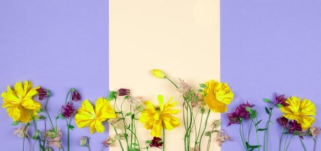 花夏春の背景、抽象的なゴールドと紫の花の花束