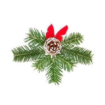 白い背景で隔離赤い弓と松ぼっくりのモミの枝のクリスマス組成