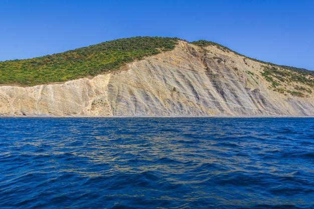 夏の日の黒海沿岸のウトリッシュ山の美しい風景