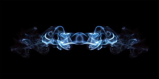 黒の背景に分離された青い煙の抽象化