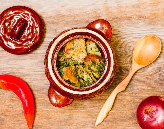 土鍋でジャガイモと肉の煮込み