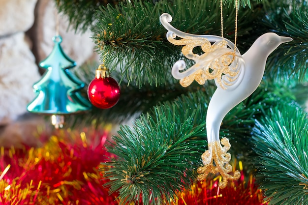新年とクリスマス。おもちゃで飾られた人工木をクローズアップ