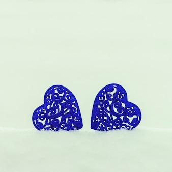 Два бархатных сердца на снегу