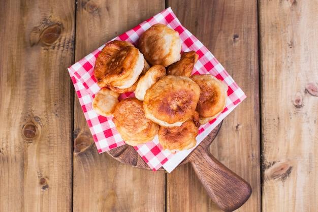 自家製のベーキングシュガーパウダー。バナー。コピースペース。伝統的なオランダのお菓子。木製上から