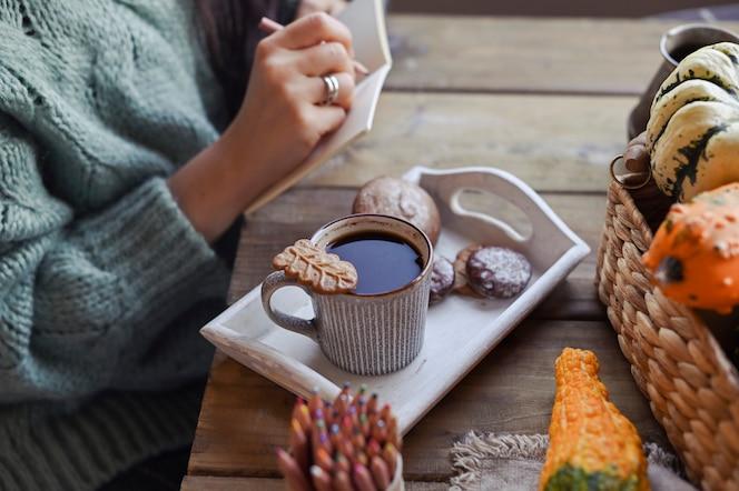 Осень, тыквы, горячая дымящаяся чашка кофе на деревянном столе. сезонный, утренний кофе, воскресное расслабление и натюрморт. планы на день