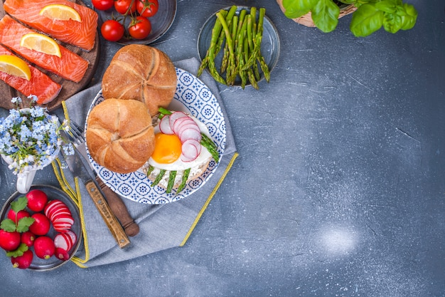 朝食にアスパラガスと目玉焼きを朝食します。