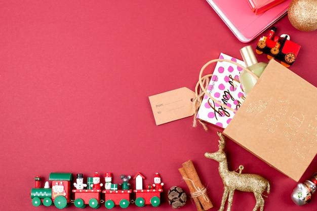 Подарки на рождество с игрушками и украшением