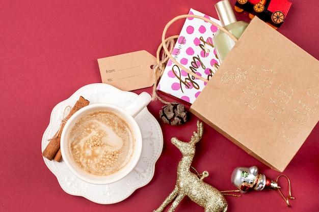 Новогоднее украшение и подарок. утренний ароматный кофе и лепестки роз. вид сверху.
