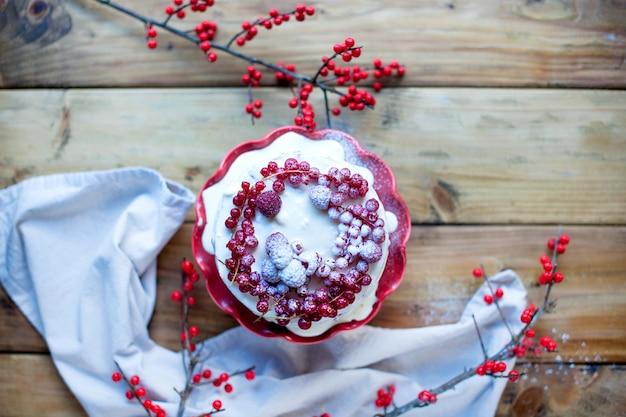 赤い果実、木製の背景にワインのグラスとケーキ
