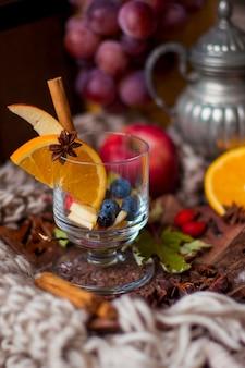 フルーツと柑橘類、おいしい冬の飲み物とホットワイン。ビタミンと美しい果物。