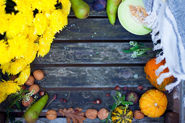 秋の自然。木の上の秋の果物。感謝祭。庭の古い椅子に秋野菜、テキスト用の空き容量、黄色の花