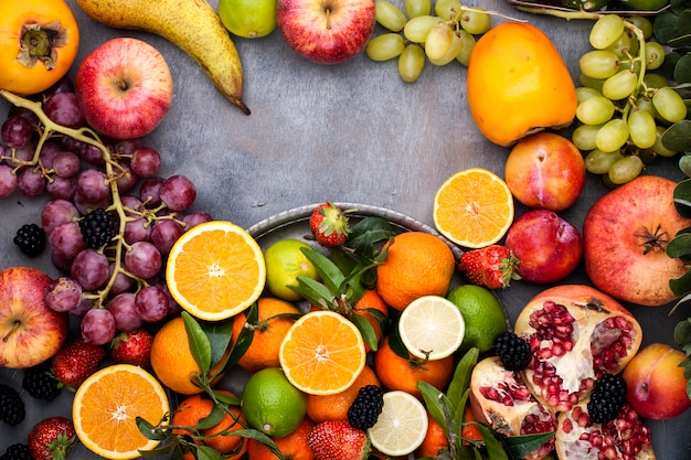 灰色の背景にフルーツの盛り合わせ