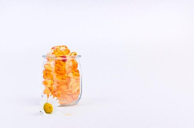 カプセル内のオメガ脂肪酸健康のためのビタミン。コピースペース