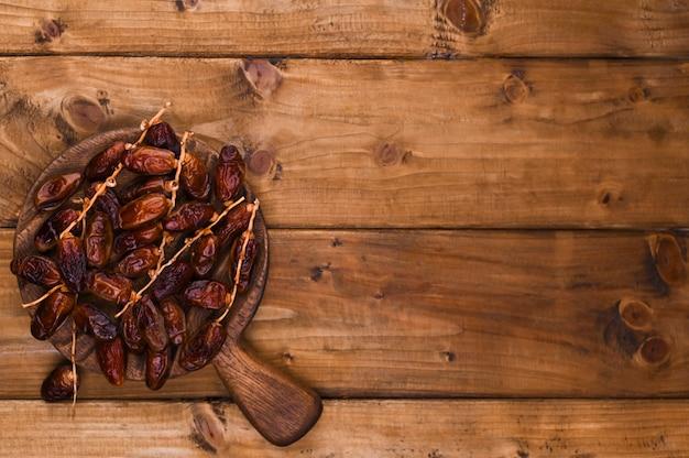 Сочные финики на деревянном столе. сухофрукты для здорового питания. копировать пространство