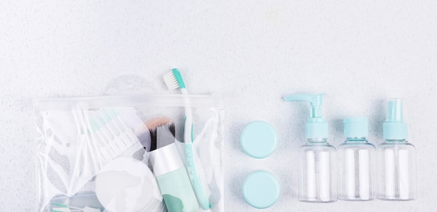 プラスチック容器、歯ブラシ、化粧ブラシ。トラベルセットフラットレイ