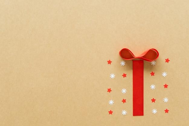 紙の背景に紙アートコンセプトのクリスマスプレゼント。フラット横たわっていた、トップビュー