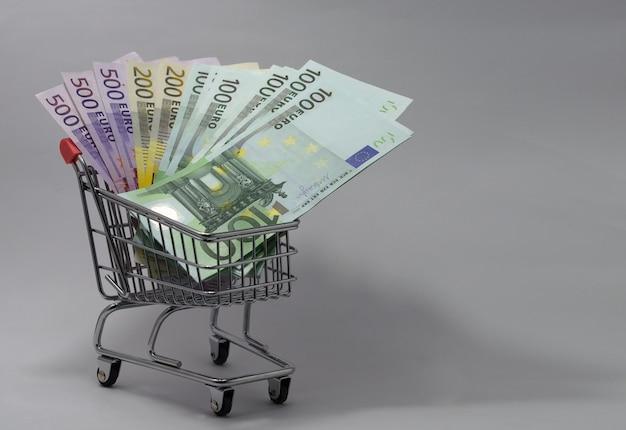 さまざまな金種のユーロ紙幣が入ったカート