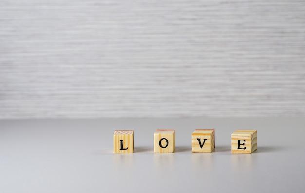 Слово любовь из букв на деревянных кубиков