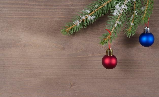 Елочные ветки с орнаментом на деревянном фоне