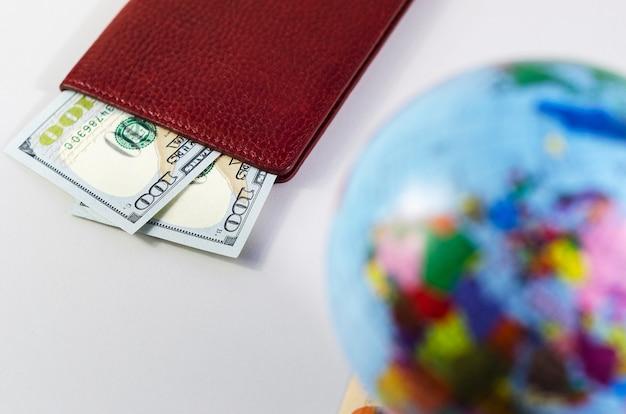 パスポートと世界中のお金の焦点が合っていません
