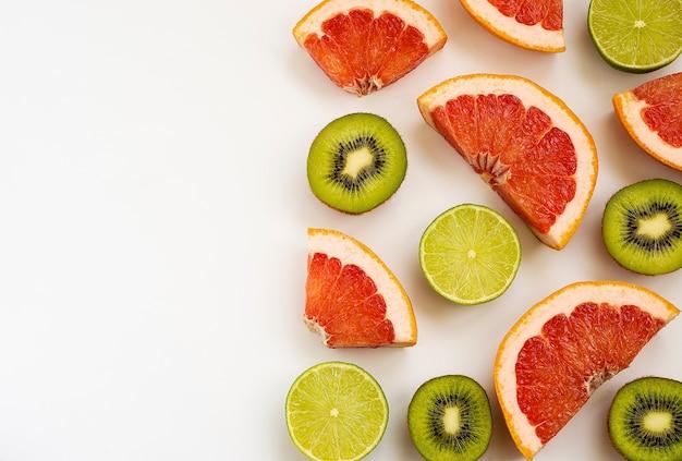 熟したライムキウイフルーツとグレープフルーツを切る