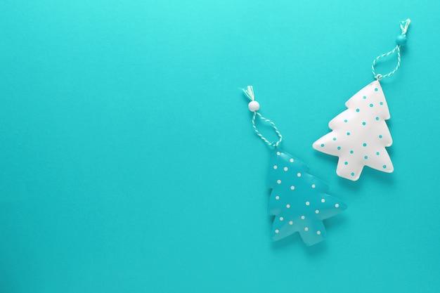 青の背景に白と青の金属クリスマスツリーの平面図です。