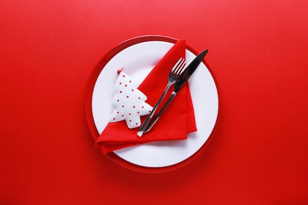 赤と白のプレートでクリスマステーブルの場所の設定