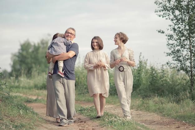 公園を歩いて美しい家族