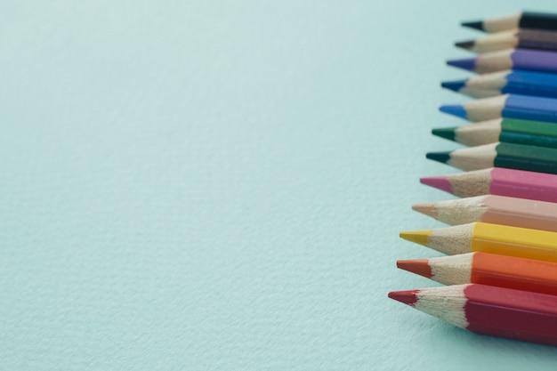 青い背景に色鉛筆。描画用鉛筆