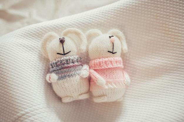 Симпатичные вязаные кролики